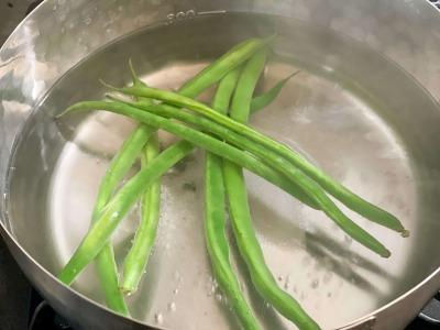 鍋で茹でるインゲン