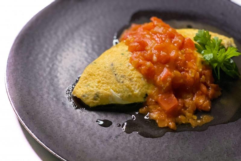 ハーブとチーズ入りオムレツ フレッシュトマトソース