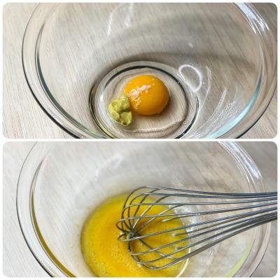 ボウルに入れた卵黄とマスタード
