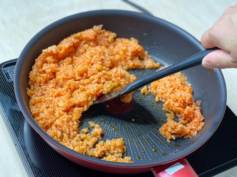 フライパンで炒めるケチャップライス