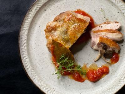 キノコを詰めた鶏もも肉のローストとトマトソース