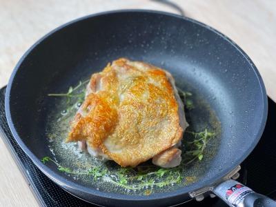 フライパンで焼く鶏もも肉